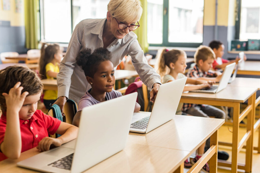 leraar geeft les met laptops