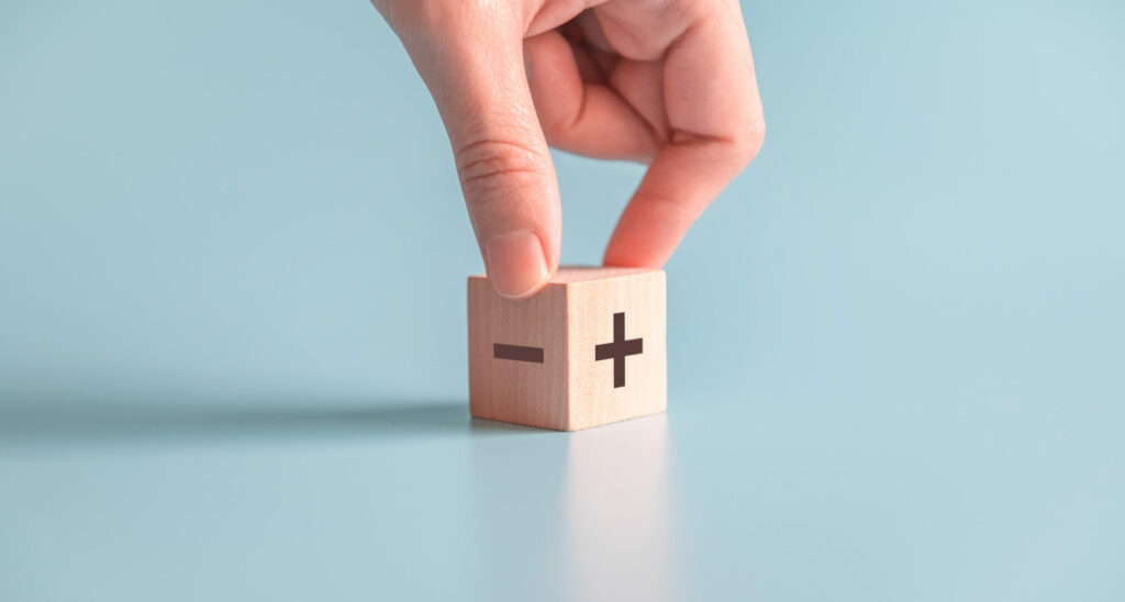 hand met blokje plus en min - argumenten voor en tegen