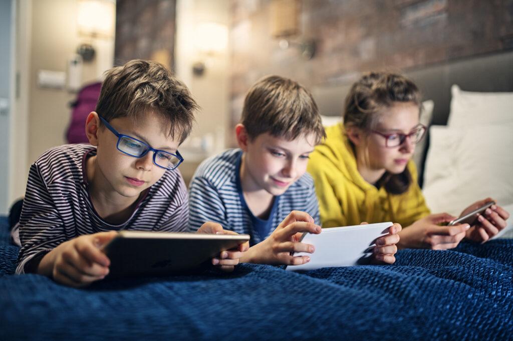 kinderen met smartphones
