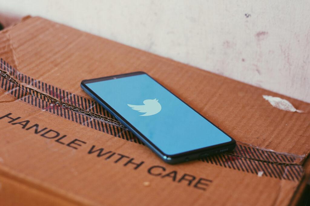 Telefoon met twitter-logo