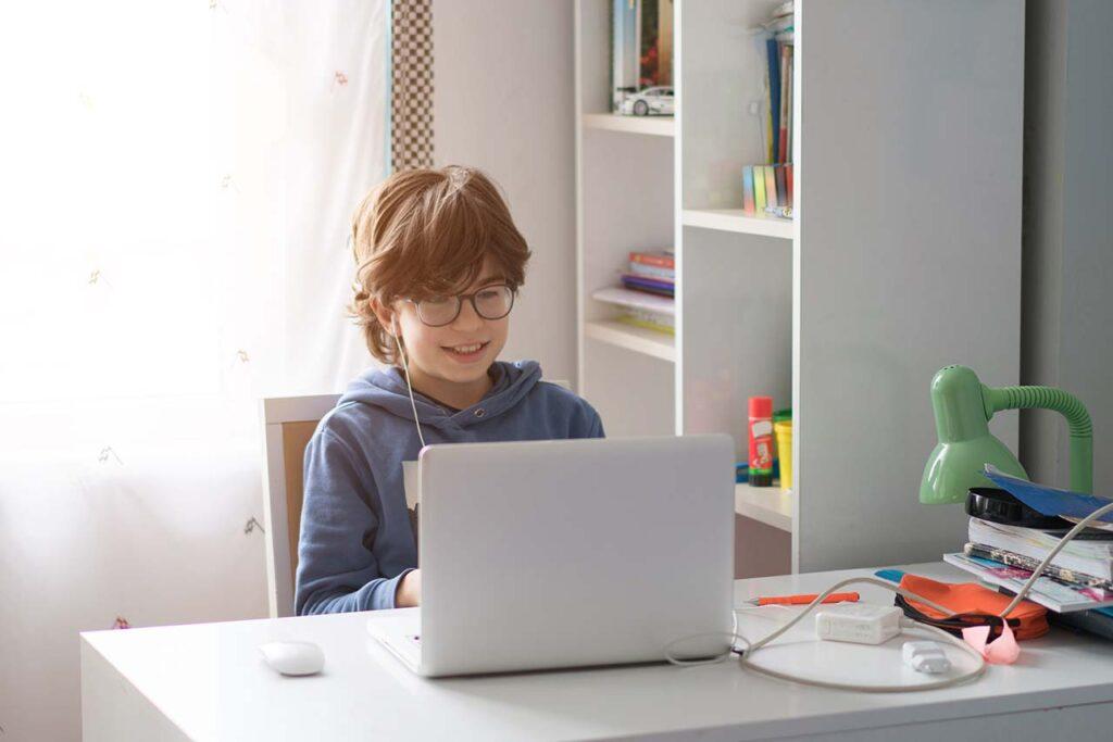 Leerling achter laptop