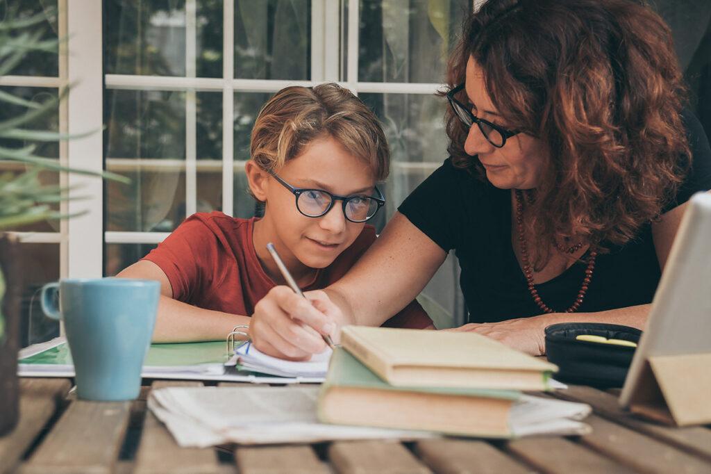 Moeder en kind maken schoolwerk