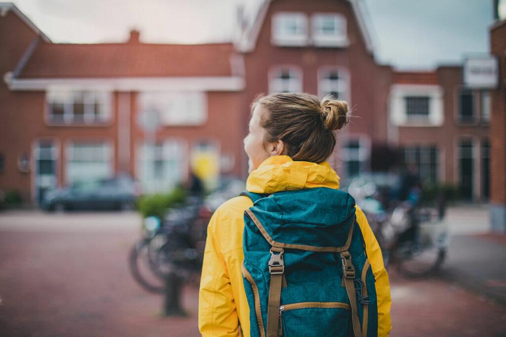 meisje gaat naar school