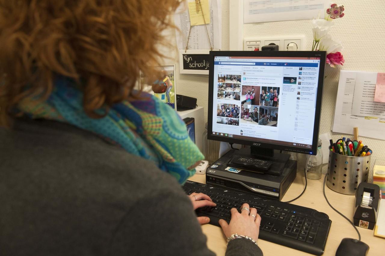 Lerares gaat met leerlinggegevens om op een desktop