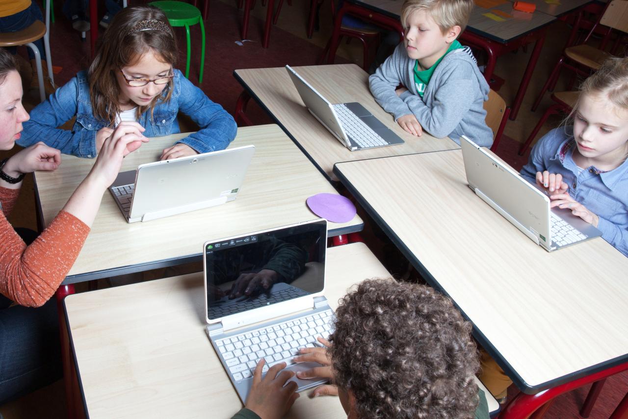 Lerares helpt leerlingen op de laptop, is zij ict-bekwaam?