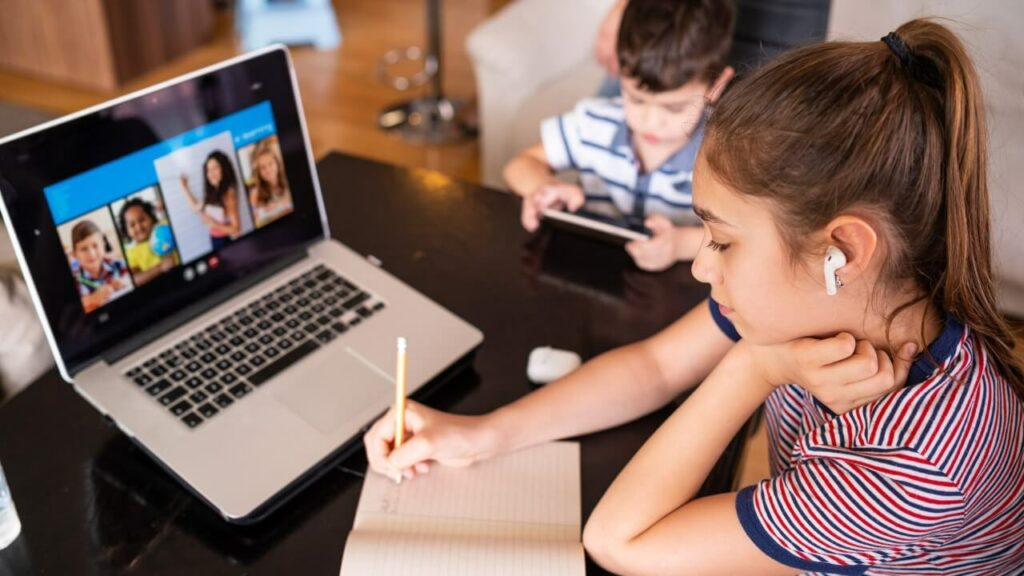 Kinderen krijgen thuis onderwijs via de laptop