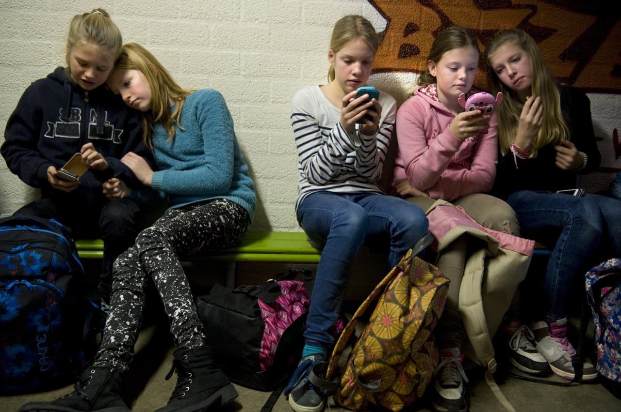 Overmatig socialemediagebruik lijkt een negatieve invloed te hebben op schoolprestaties van (jonge) leerlingen in het voortgezet onderwijs.