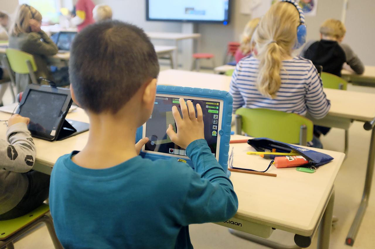 Leerling is aan het werk op een tablet, vaak zijn kinderen op jonge leeftijd al bezig met sociale media of vlogs.