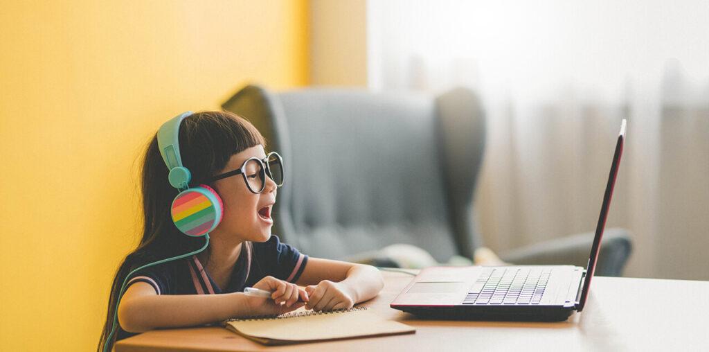 Thuisonderwijs meisje achter een laptop