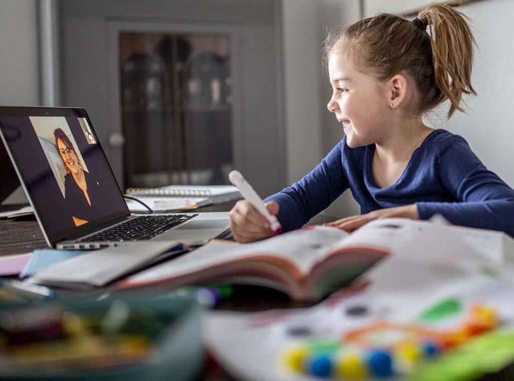 Meisje krijgt online les van lerares