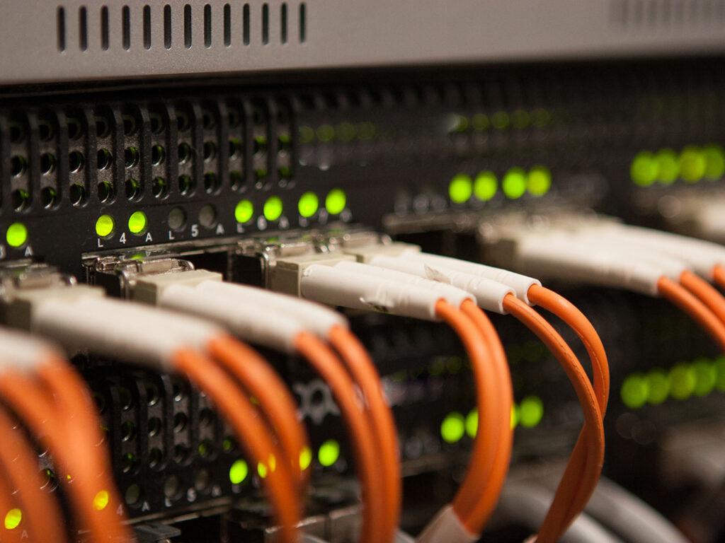 Kabels gekoppeld aan netwerk