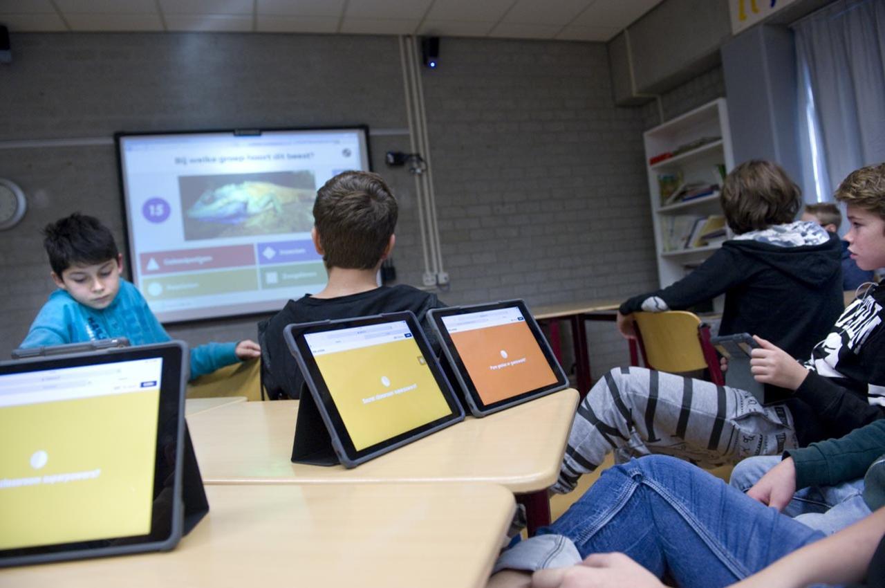 Leerlingen werken met ipads in de klas