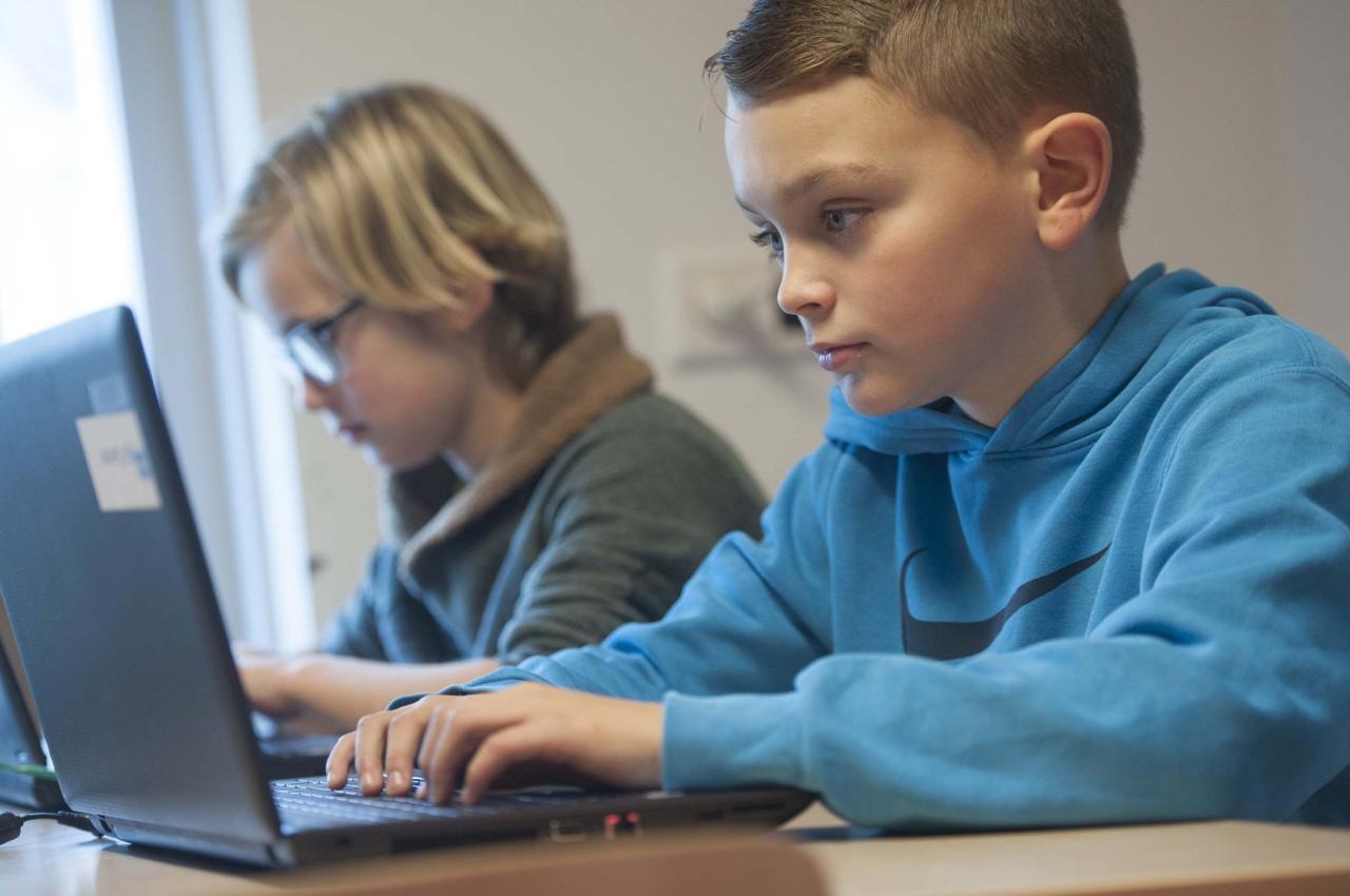 Kinderen werken op een laptop in de klas, hoe maak je de keuze voor een device?