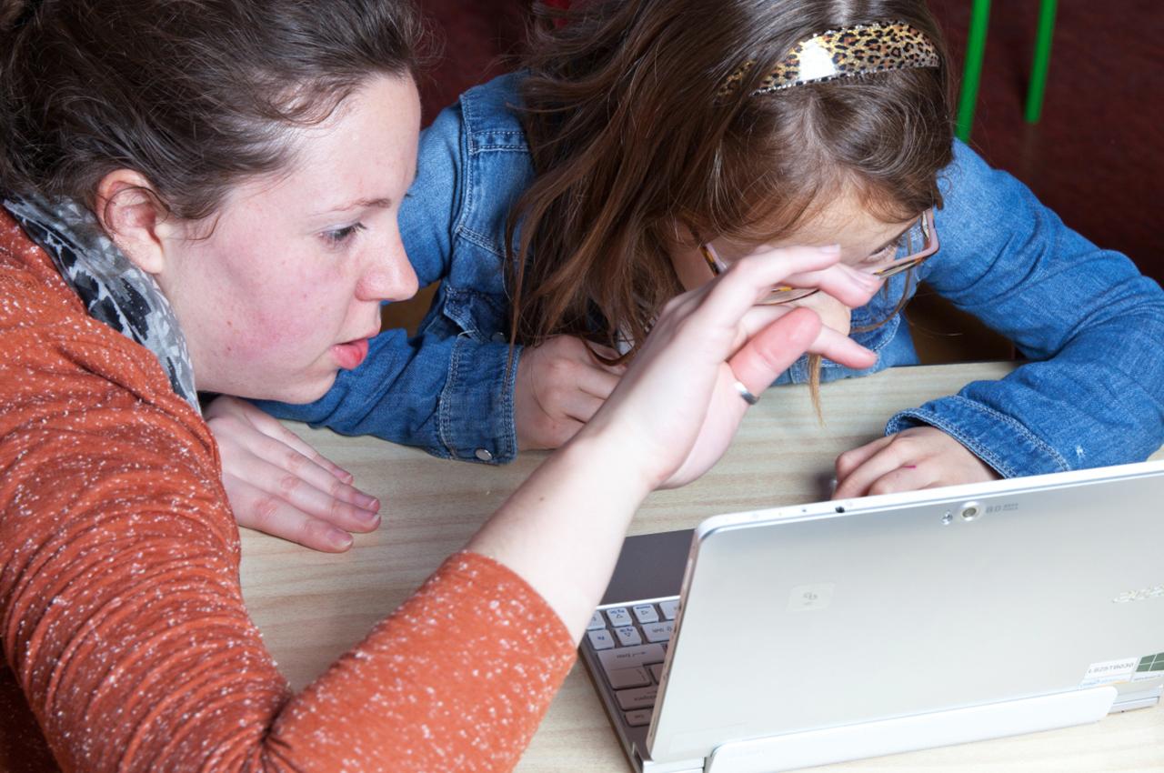 Lerares stelt de leerling centraal met persoonlijke begeleiding bij het werken op de laptop