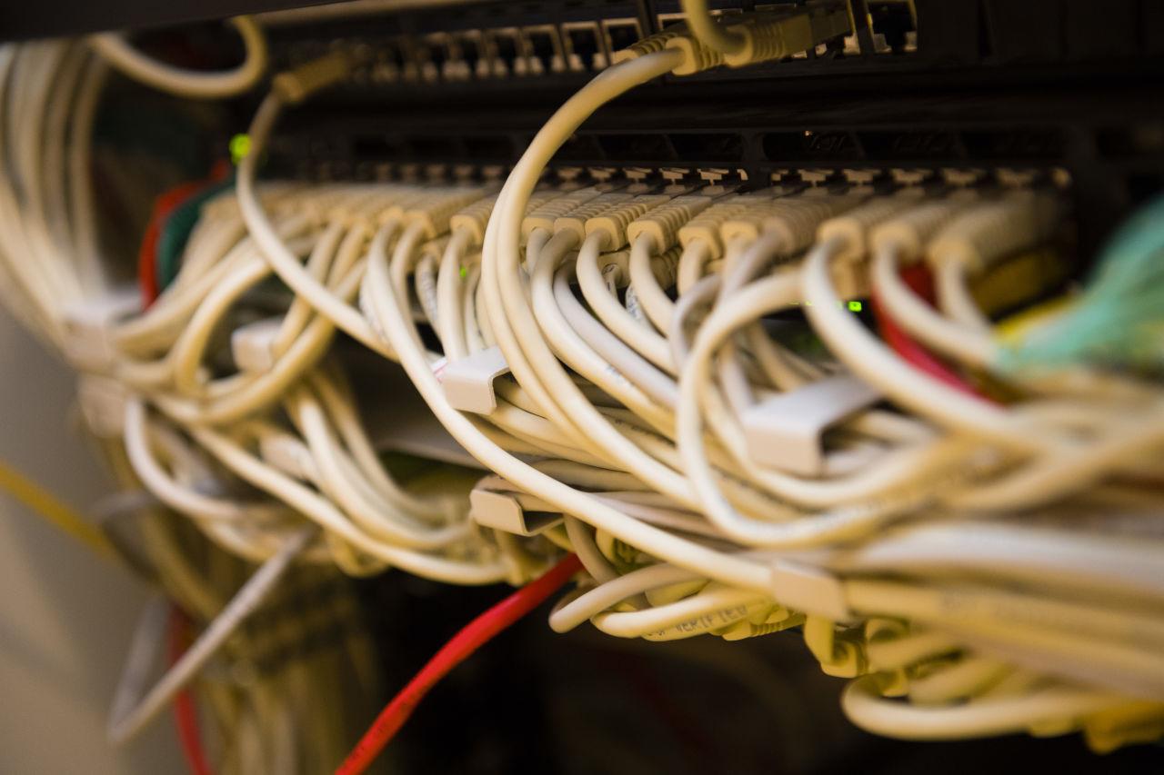 Een hoop internetkabels die moeten zorgen voor een goede internetverbinding als randvoorwaarde voor goed digitaal onderwijs