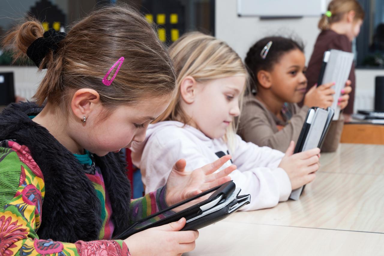 Leerlingen die werken op een tablet