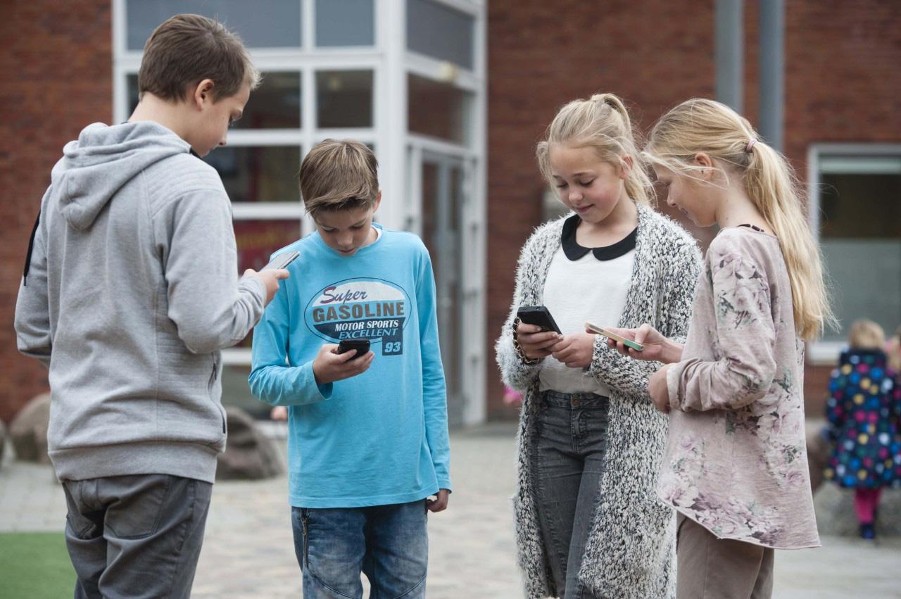 Leerlingen met mobiele telefoon