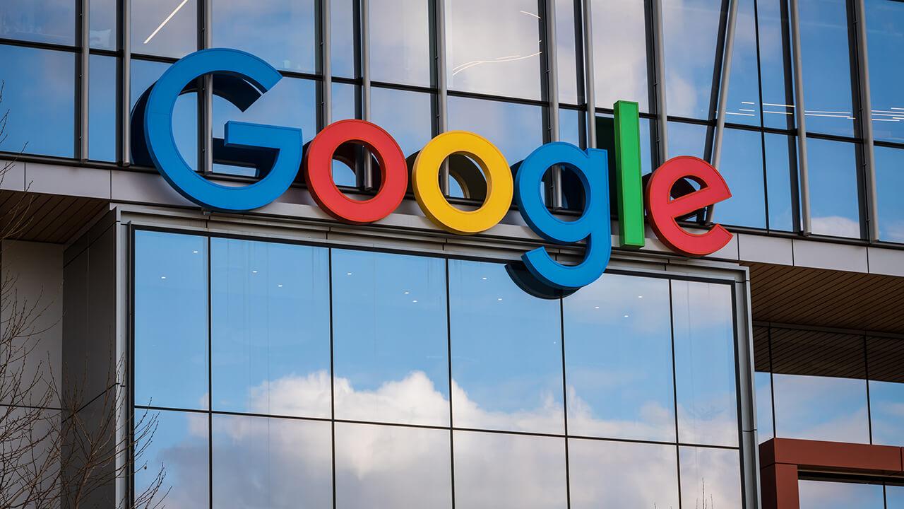 Een close-up van het Google gebouw en het logo van Google