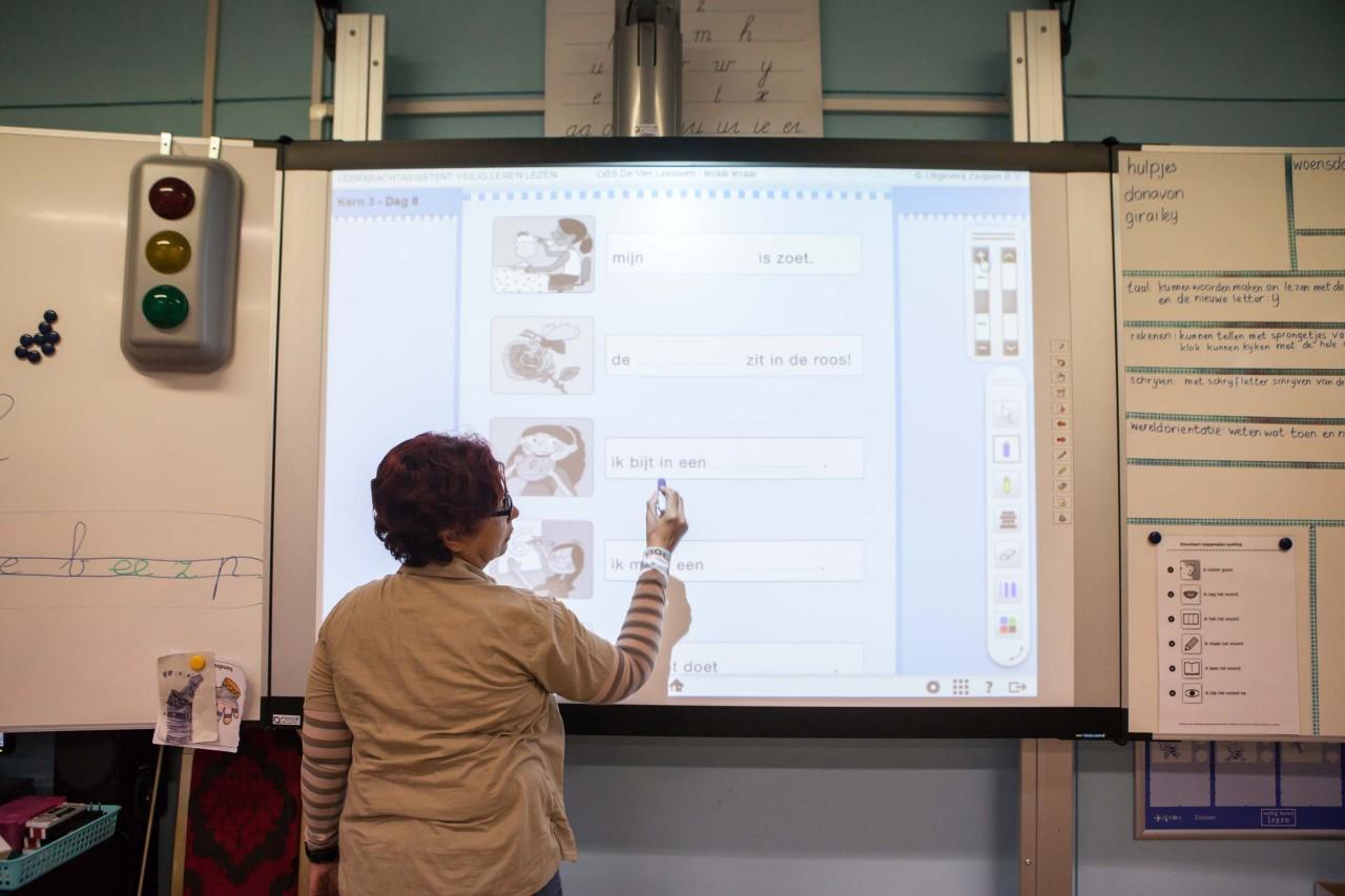 Lerares gebruikt het digibord om te verwijzen naar materiaal dat rechtmatig openbaar is gemaakt via internet