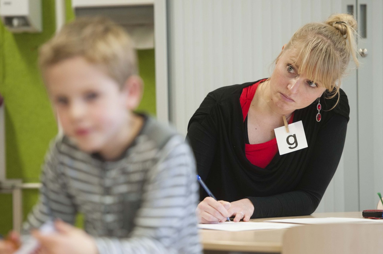 Lerares neemt toets af bij leerlingen in het primair onderwijs
