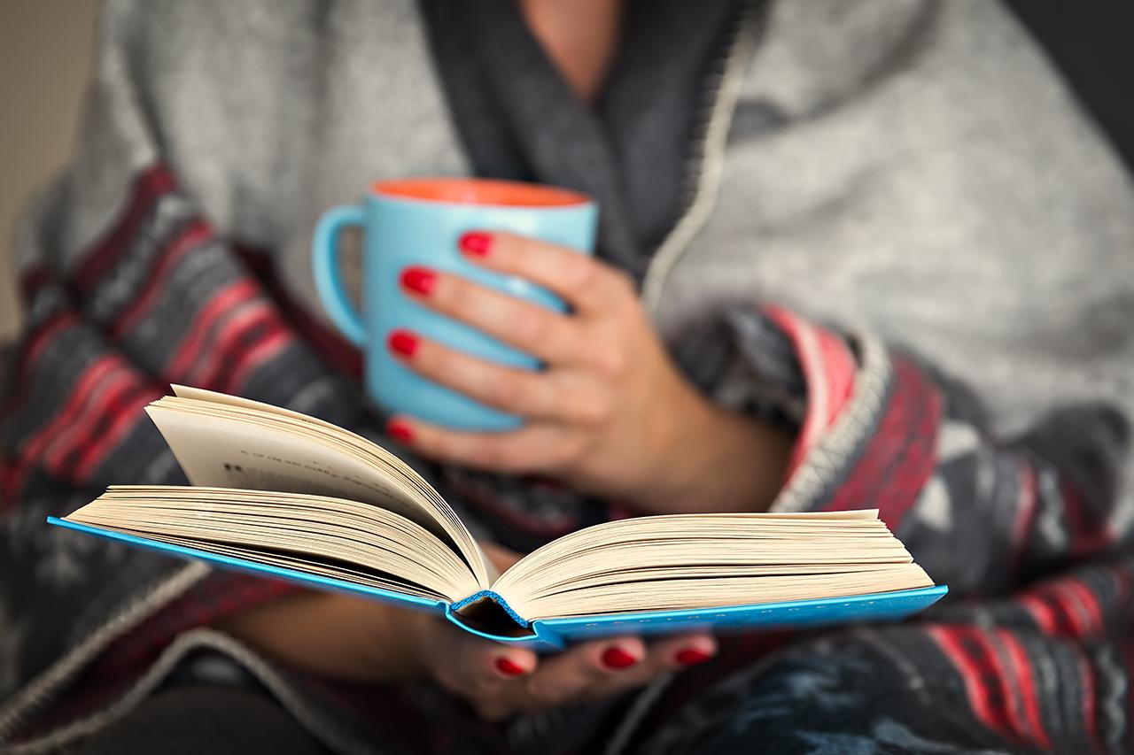 Vrouw die boek leest