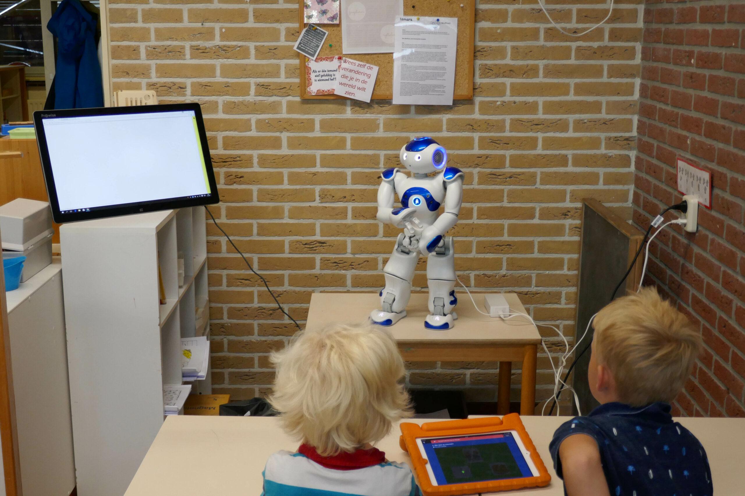 Kinderen werken met robot in de klas