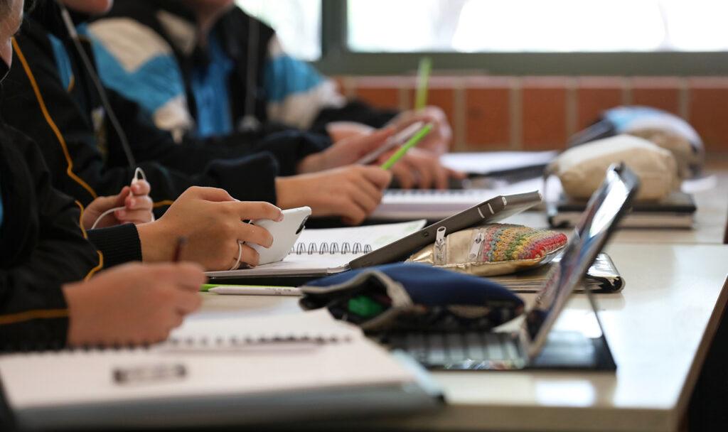 Kinderen in het klaslokaal gebruiken telefoons en tablets bij onderwijs