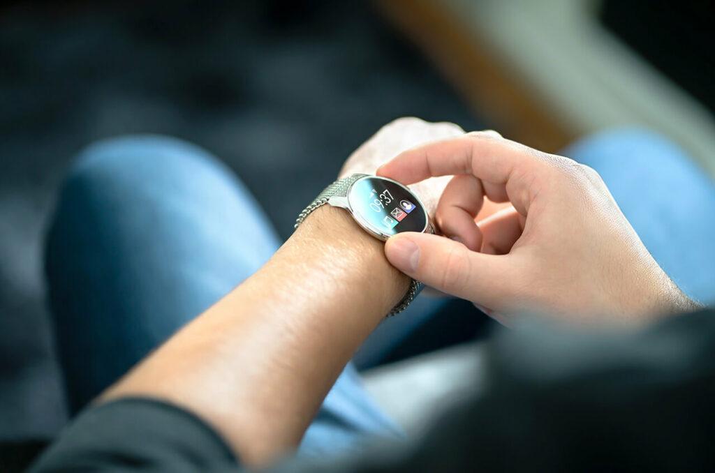 Leerling speciaal onderwijs met smartwatch