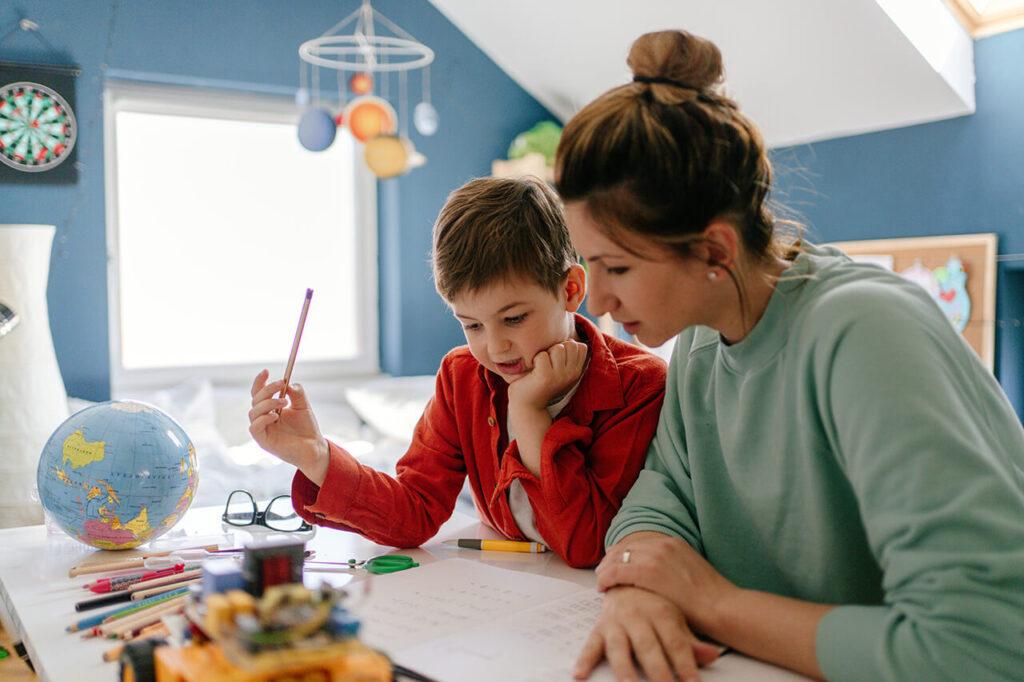 Moeder geeft zoon les