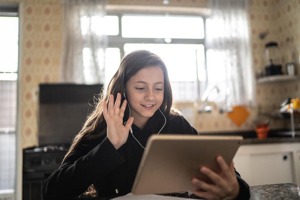 Meisje volgt online les
