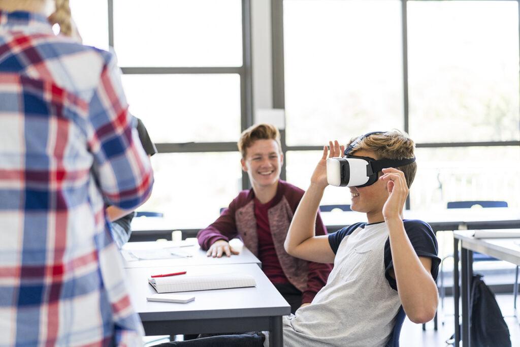 Leerling met virtual reality bril