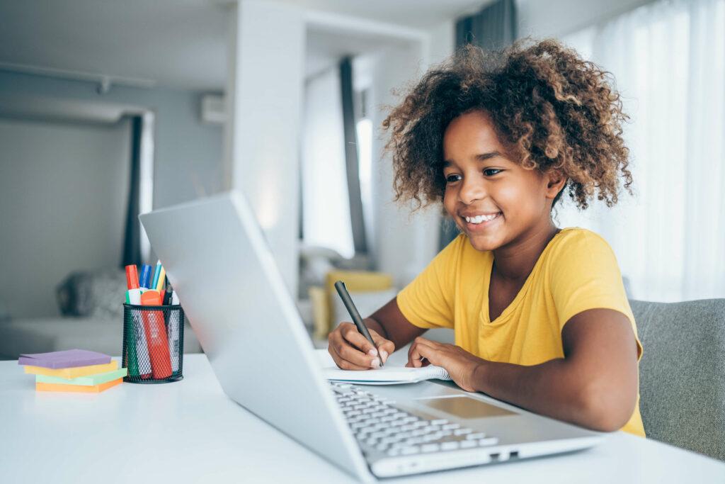 Meisje volgt online thuis