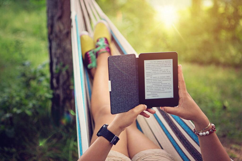 vrouw leest boek in hangmat