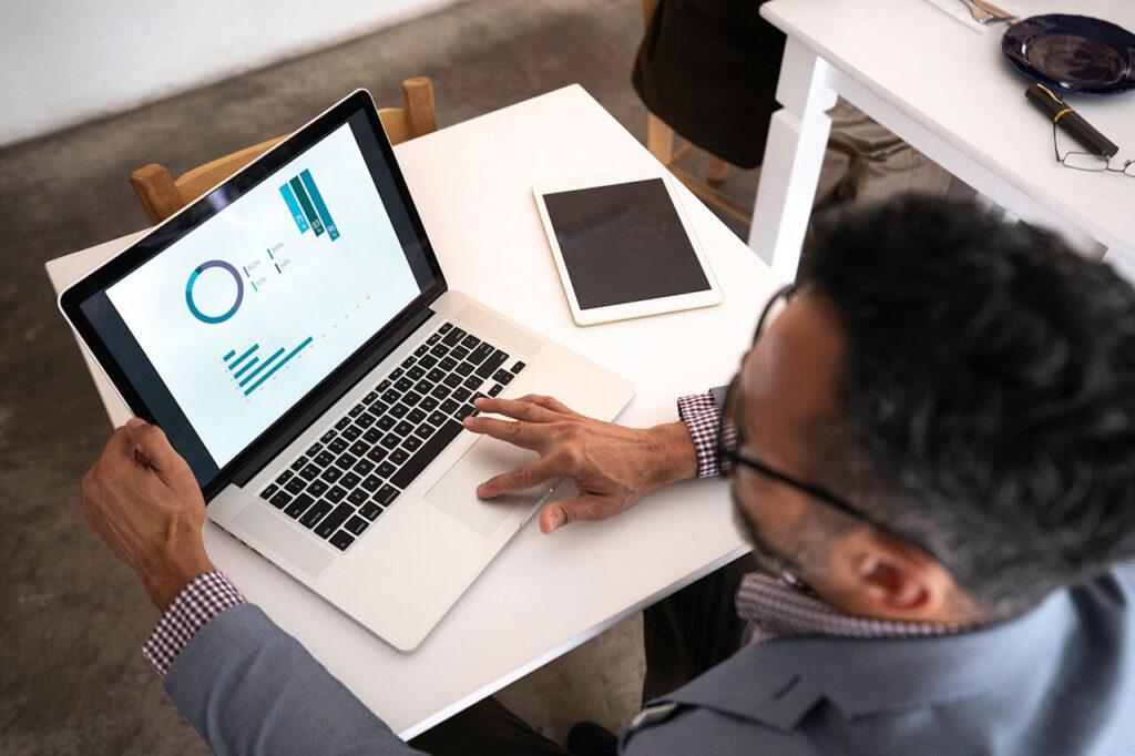 Leraar bekijkt toetsresultaten op laptop