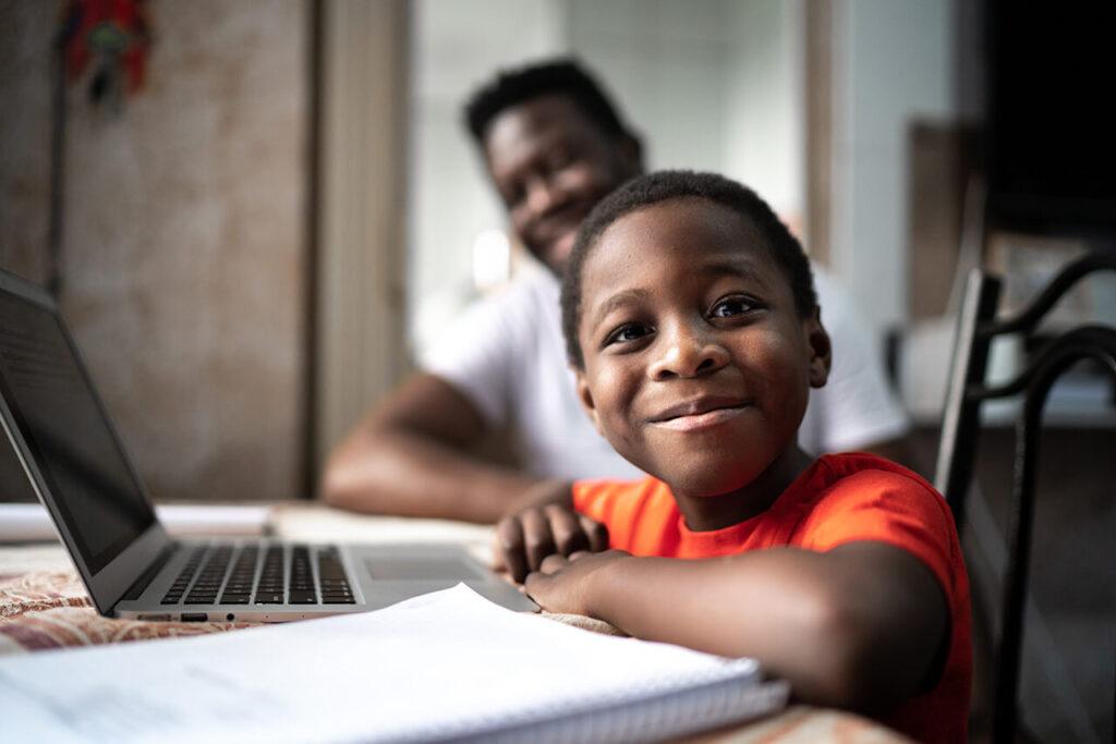 jongen heeft les achter laptop