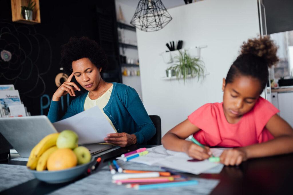 Docent thuis aan het werk met dochter