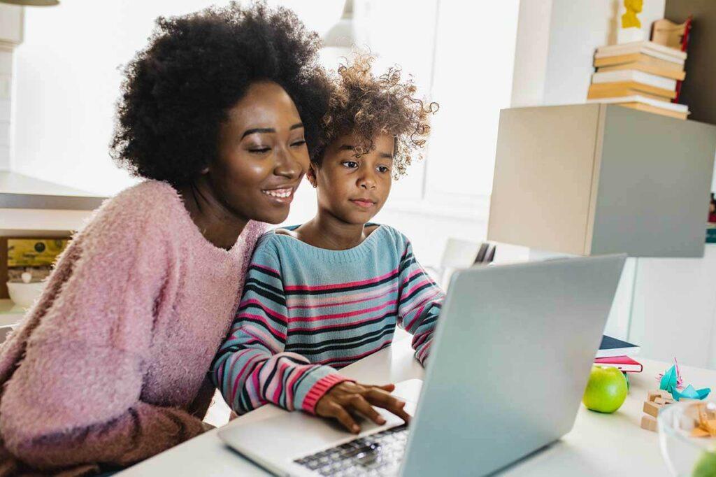 moeder geeft dochter les