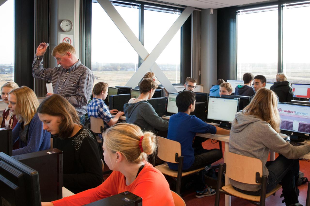 Leerlingen zitten achter computers waar zij graag inzicht krijgen in hun voortgang.