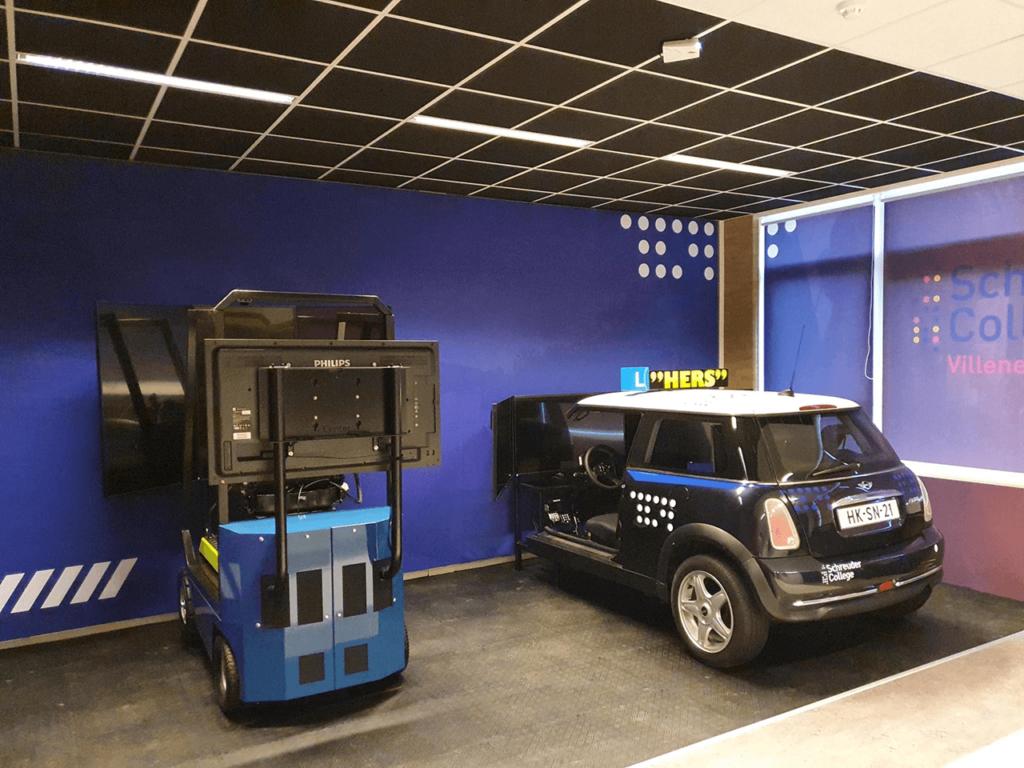 Twee simulatie-apparaten op school: vorkheftruck en auto.